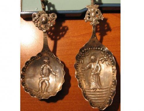 Zoom sur l'objet de la semaine : une paire de cuillère à l'effigie de la Justice